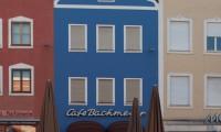 Das Cafe Bachmeier hat wieder seine intensive blaue Farbgebung